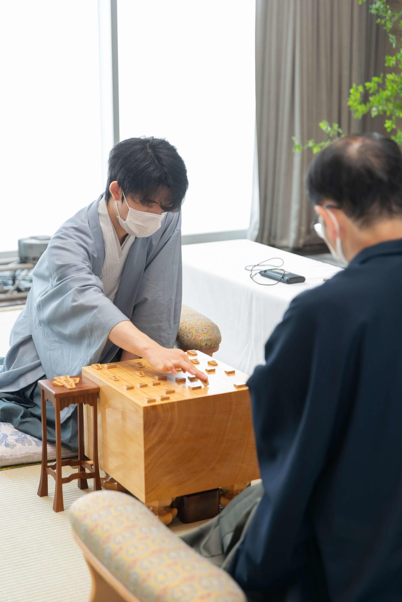 第61期王位戦第1局の2日目に臨んだ藤井聡太七段(日本将棋連盟提供)