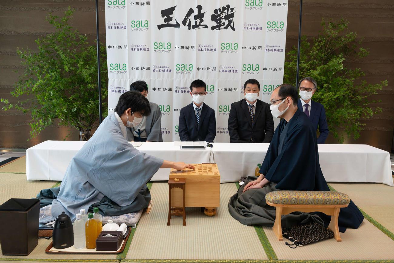 第61期王位戦第1局の2日目に臨んだ藤井聡太七段(左)、木村一基王位(日本将棋連盟提供)