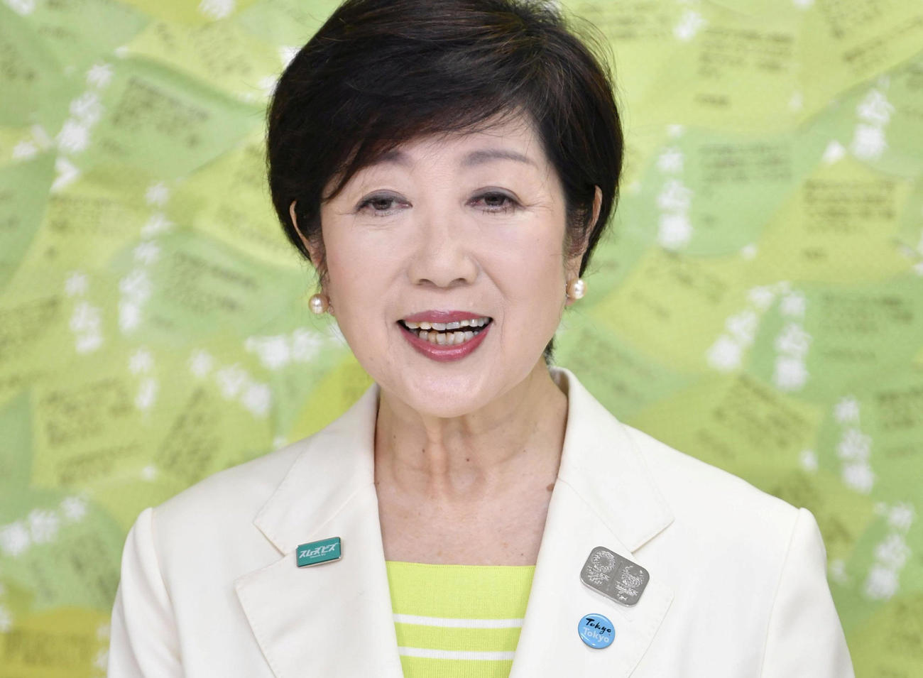 東京都知事選で再選を果たし、記者会見する小池百合子氏は会見中に笑顔を見せる(ロイター)
