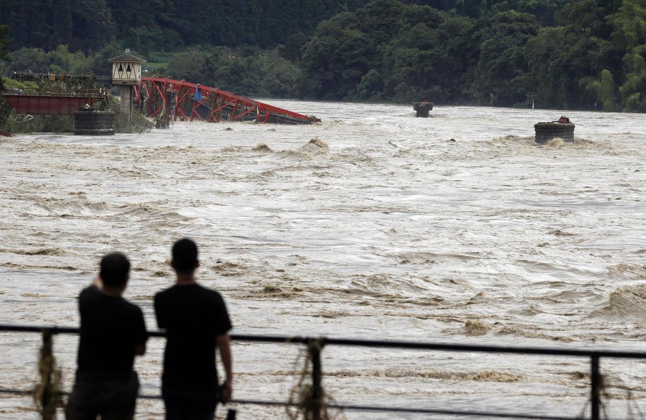 熊本県球磨村で増水した球磨川(共同)