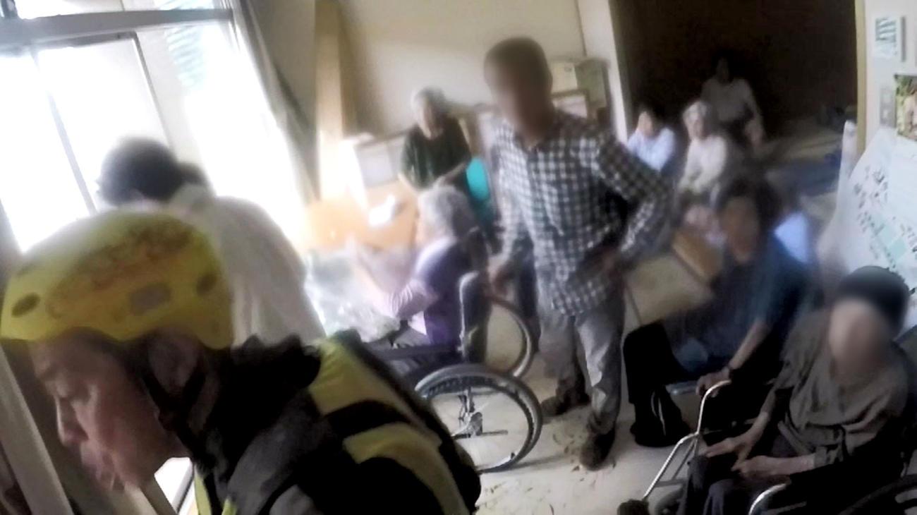 海保の特殊救難隊員が撮影した、特別養護老人ホーム「千寿園」の屋内で救助を待つ高齢者らの様子(共同)