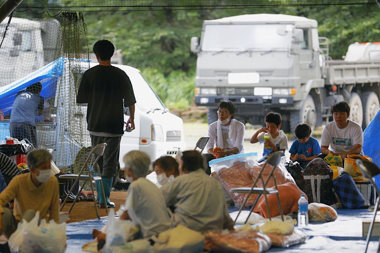 球磨総合運動公園に避難した人たち(共同)