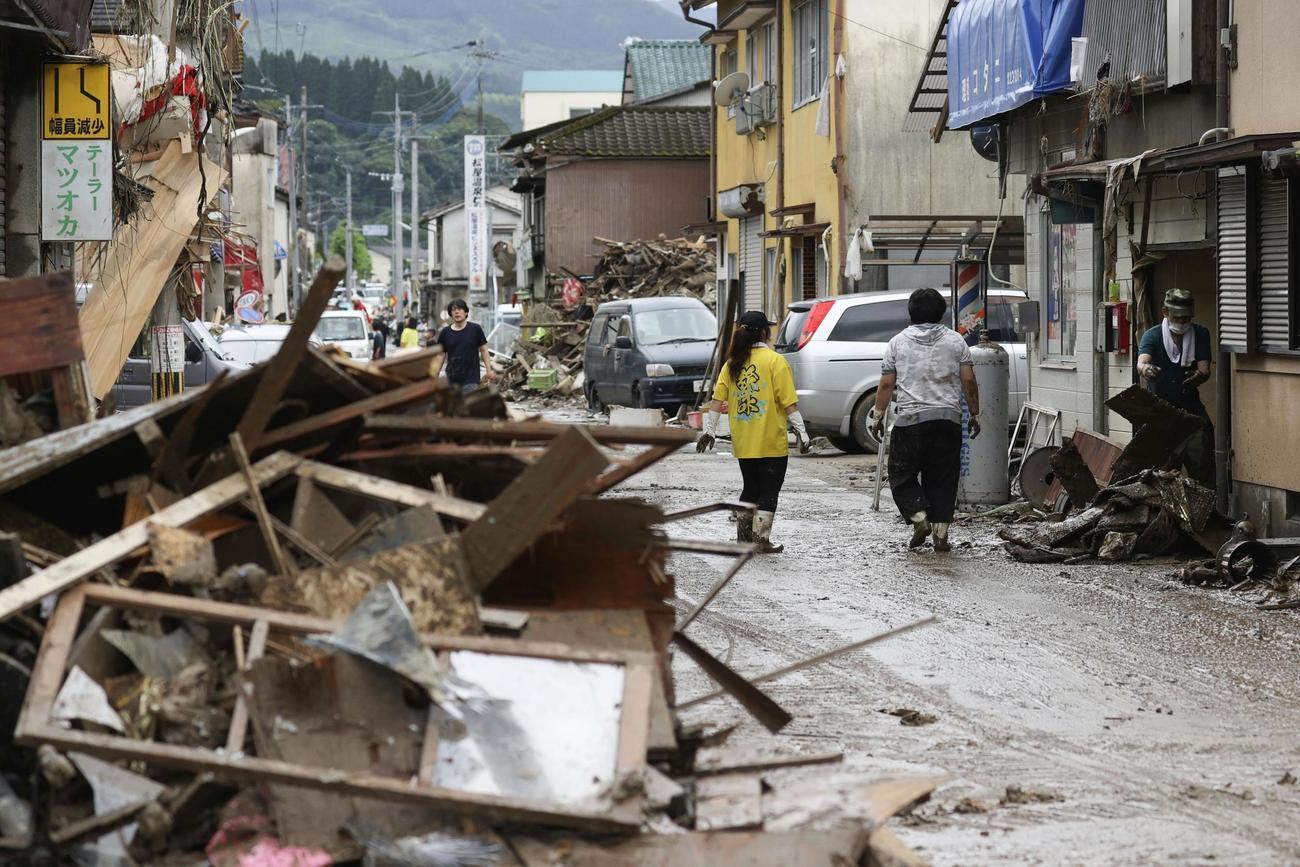 浸水被害でがれきが積み上がる熊本県人吉市の市街地(共同)
