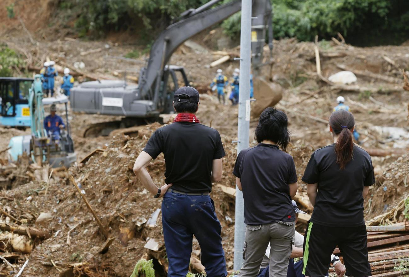 熊本県津奈木町の土砂崩れ現場の捜索活動を見守る関係者(共同)