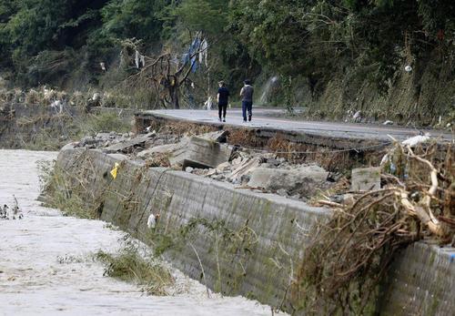 熊本県球磨村で豪雨被害を受けた道路(共同)