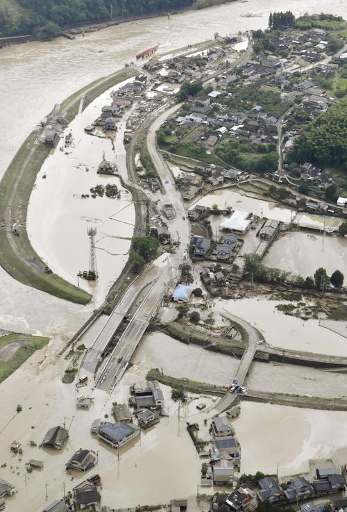 球磨川が氾濫し、浸水する熊本県球磨村の住宅地(共同)