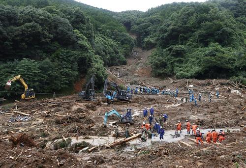熊本県津奈木町の土砂崩れ現場で続く捜索活動(共同)