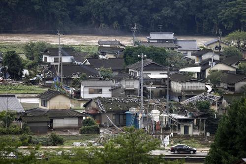 豪雨被害を受けた熊本県球磨村の住宅地。奥は増水した球磨川(共同)