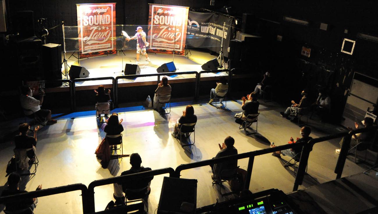 「浜松窓枠」の公演は15人限定とし、席は前後左右2メートルの間隔で設けられた