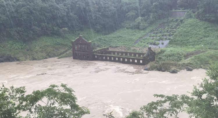 大雨で沈む曽木発電所遺構(伊佐市提供)