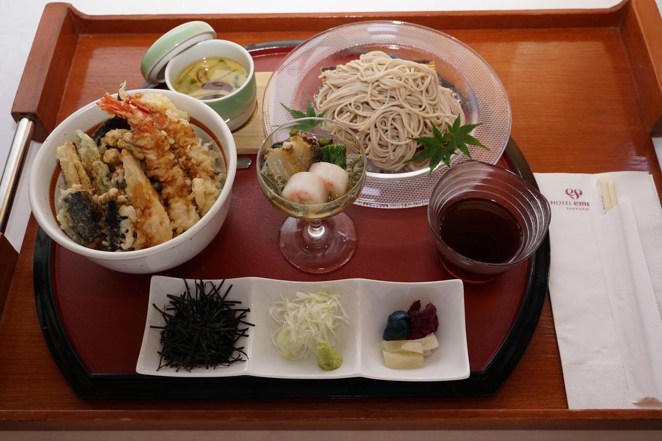 木村一基王位が注文した昼食は「天丼とそばのセット」(日本将棋連盟提供)
