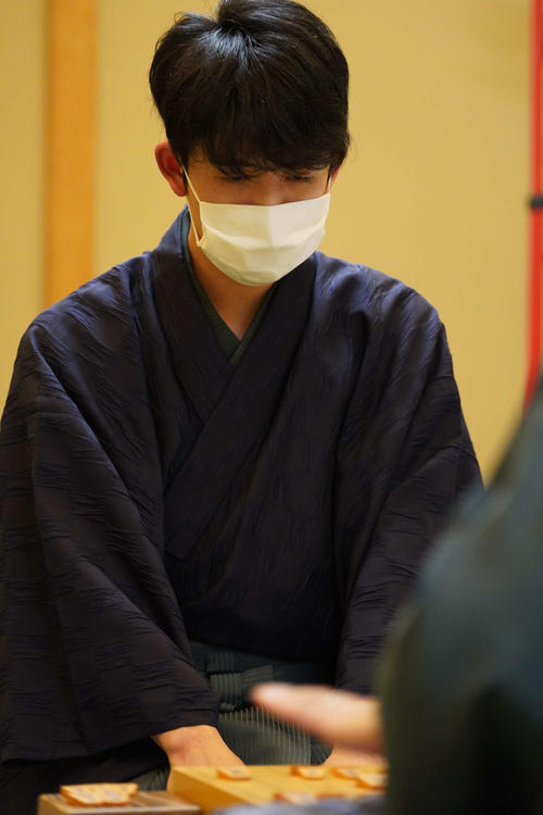 第61期王位戦7番勝負の第2局の勝利後、感想戦を行う藤井聡太七段(日本将棋連盟提供)