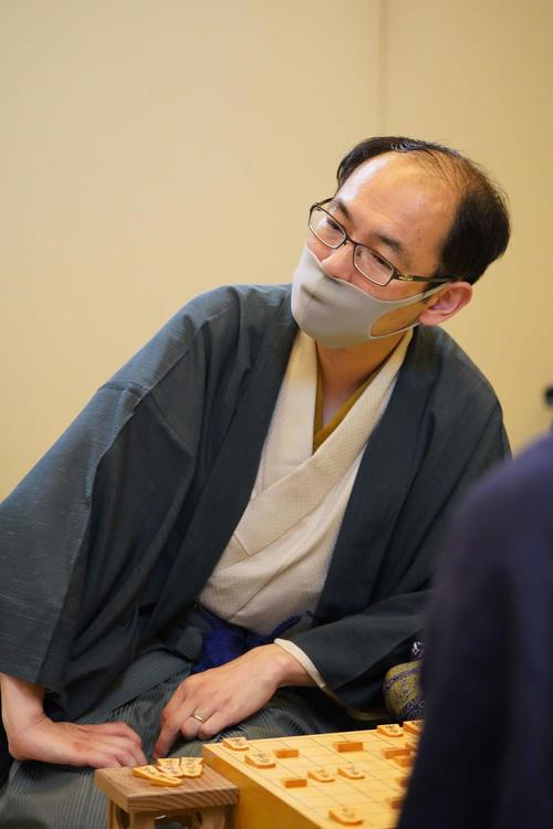 第61期王位戦7番勝負の第2局に敗れ、感想戦を行う木村一基王位(日本将棋連盟提供)