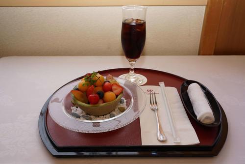 2日目午後のおやつは木村王位がフルーツ盛り合わせとコーラ(日本将棋連盟提供)