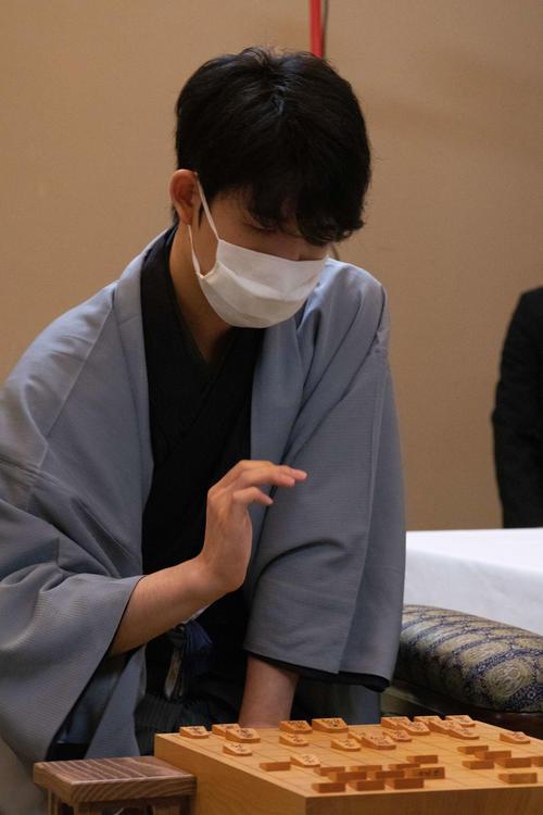 封じ手となった後手8六歩を指した後の藤井聡太七段(日本将棋連盟提供)
