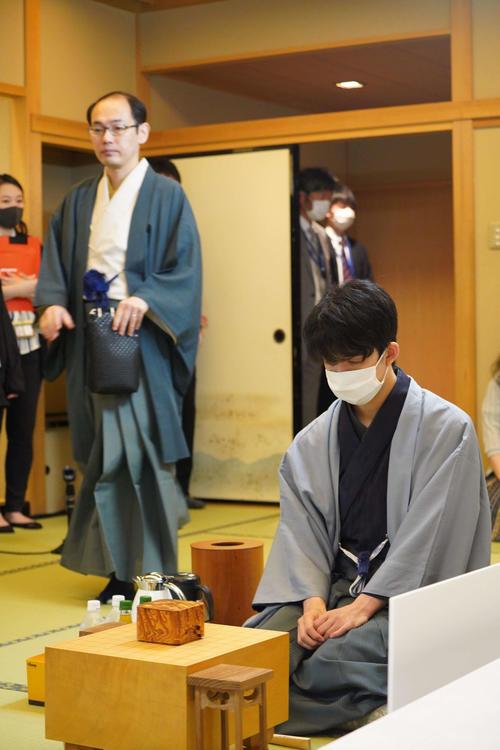先に着座していた藤井聡太七段(右)と後から入室してきた木村一基王位(左、日本将棋連盟提供)