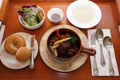 2日目の昼食は木村王位がビーフシチューセットランチ(日本将棋連盟提供)