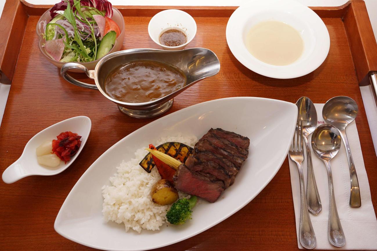 藤井七段の2日目の昼食はビーフステーキカレーセットランチ(日本将棋連盟提供)