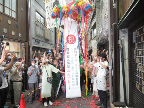 藤井聡太七段が勝利し、せと銀座通り商店街ではくす玉が割られた(撮影・星名希実)