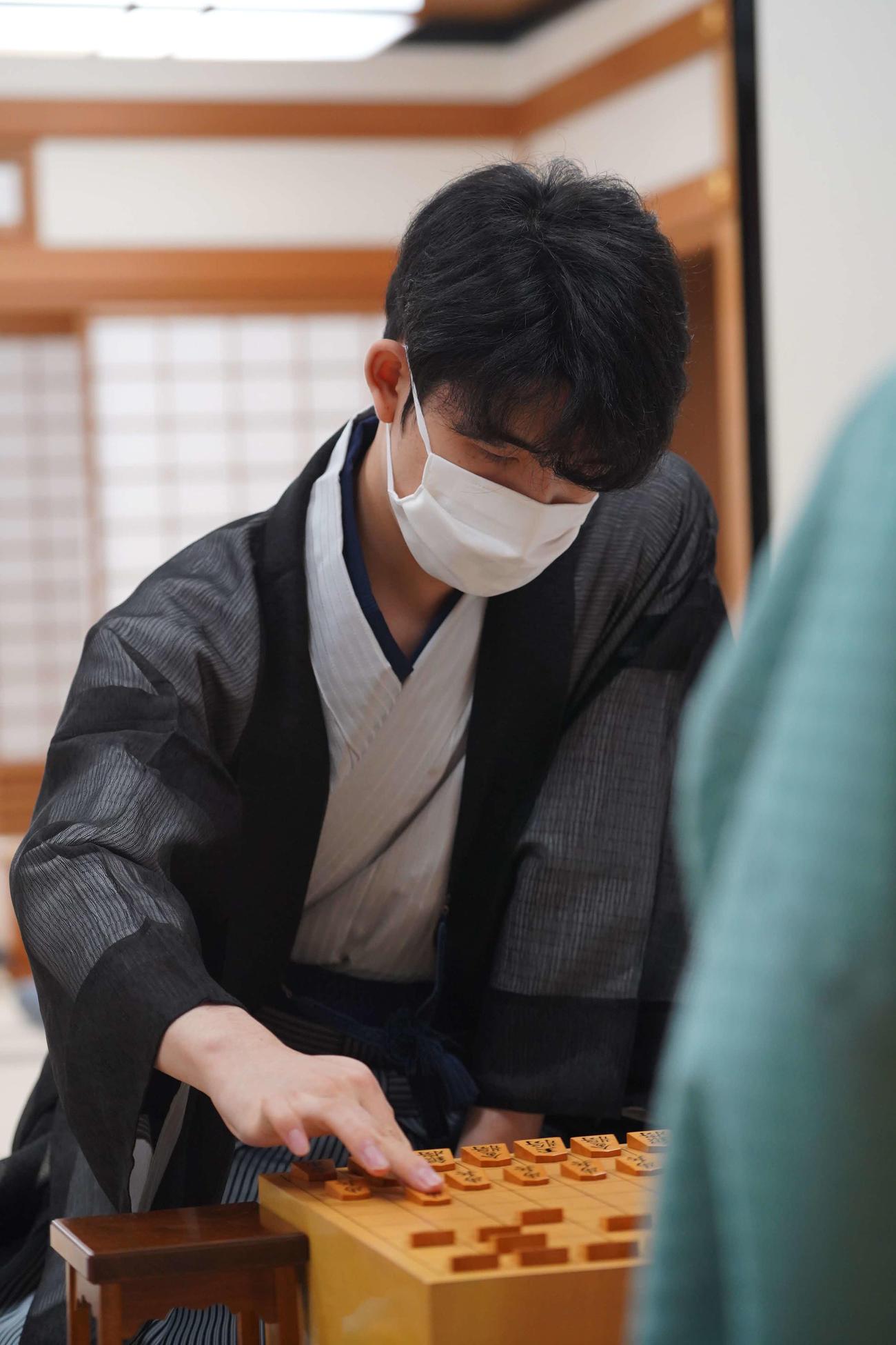 第91期棋聖戦5番勝負第4局に臨んだ藤井聡太七段(日本将棋連盟提供)