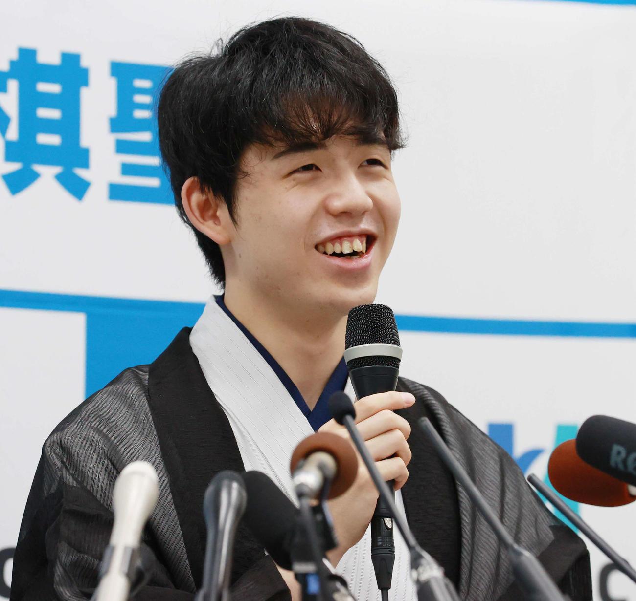 16日、初タイトルを獲得し会見で笑顔を見せる藤井聡太新棋聖