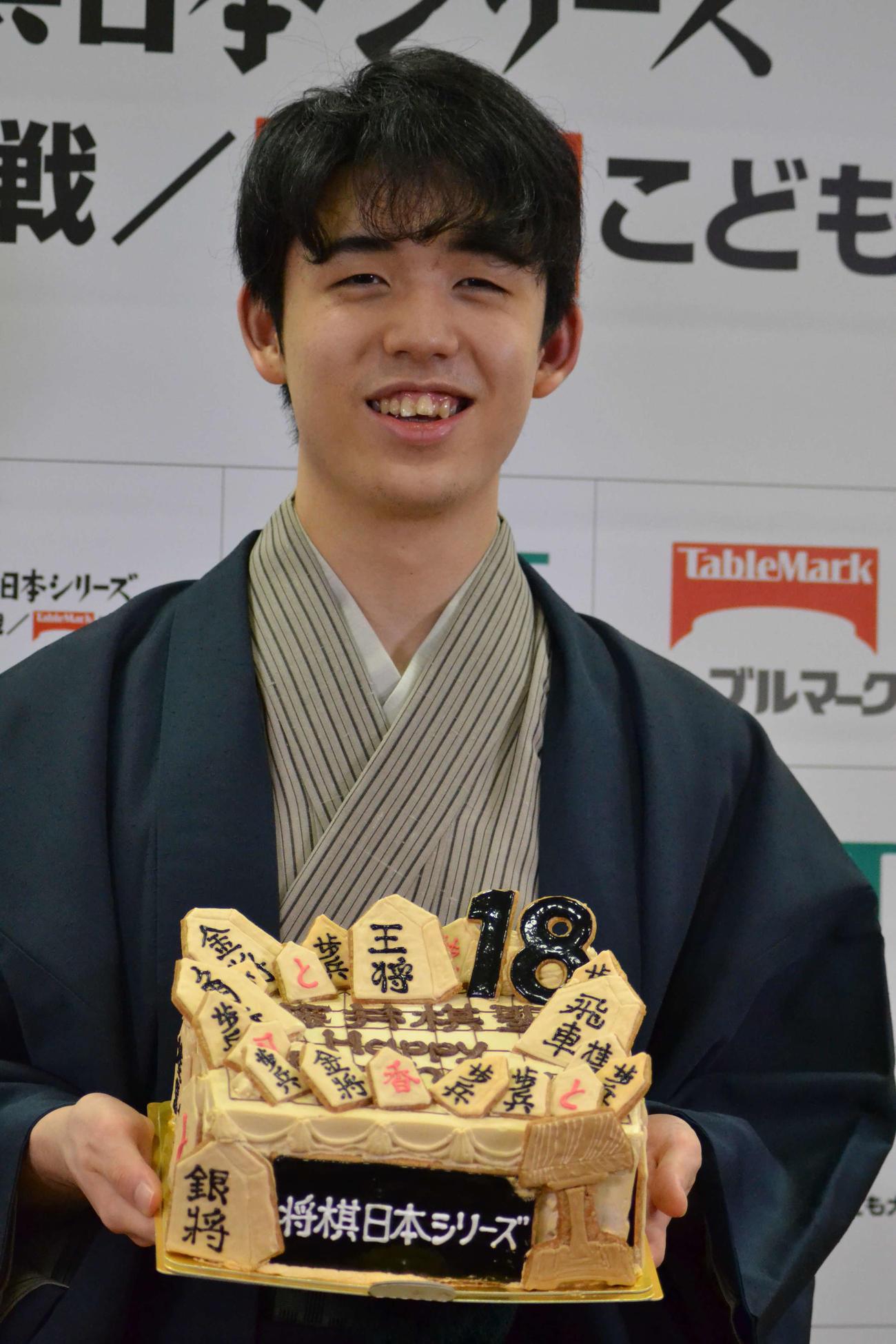 1日早い誕生日を白星で飾って主催者側からバースデーケーキをサプライズでプレゼントされた藤井聡太棋聖
