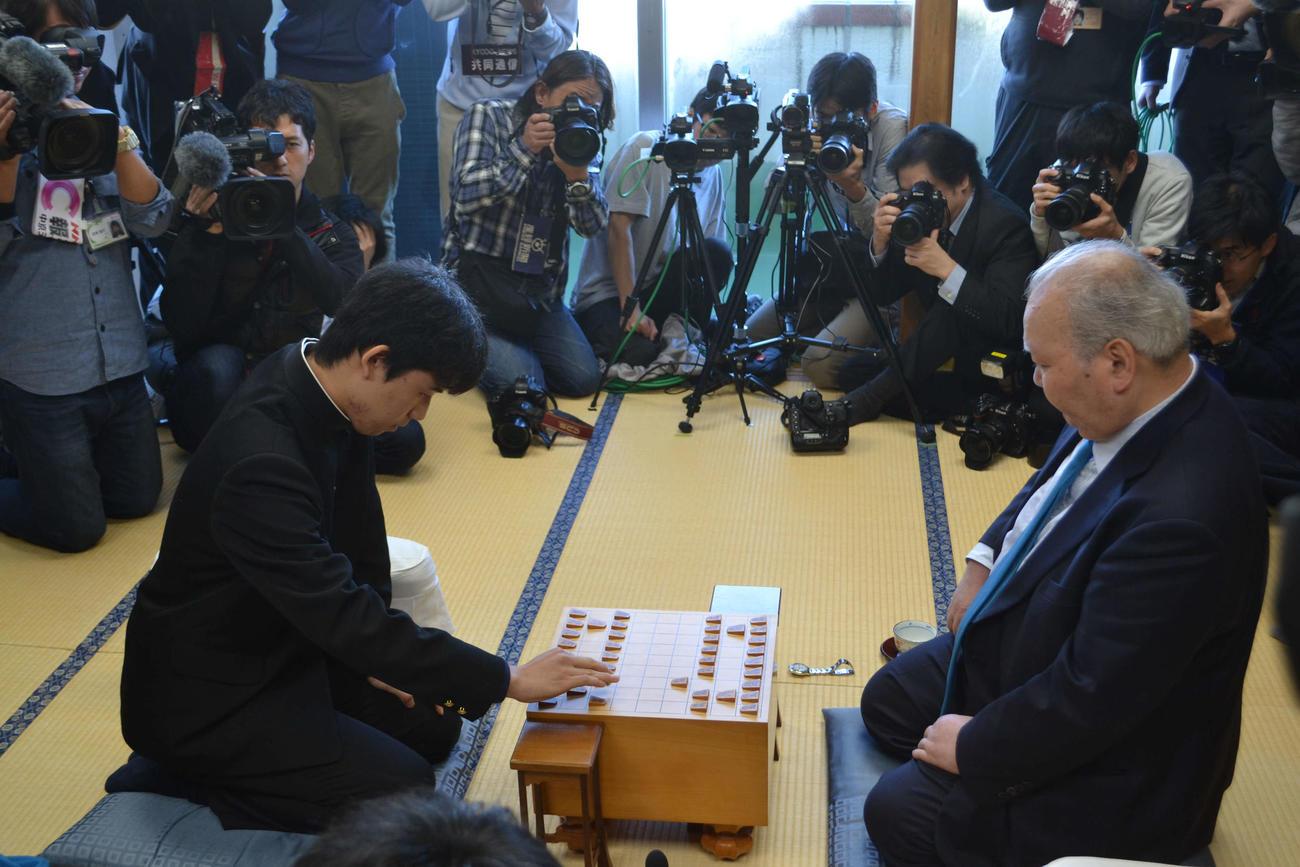 16年12月、デビュー戦 記念すべきプロ1手目を指す藤井聡太四段(左)。相手は加藤一二三九段