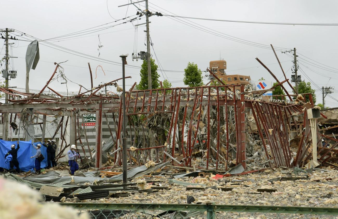 爆発で全壊した飲食店=30日午前11時5分ごろ、福島県郡山市(共同)