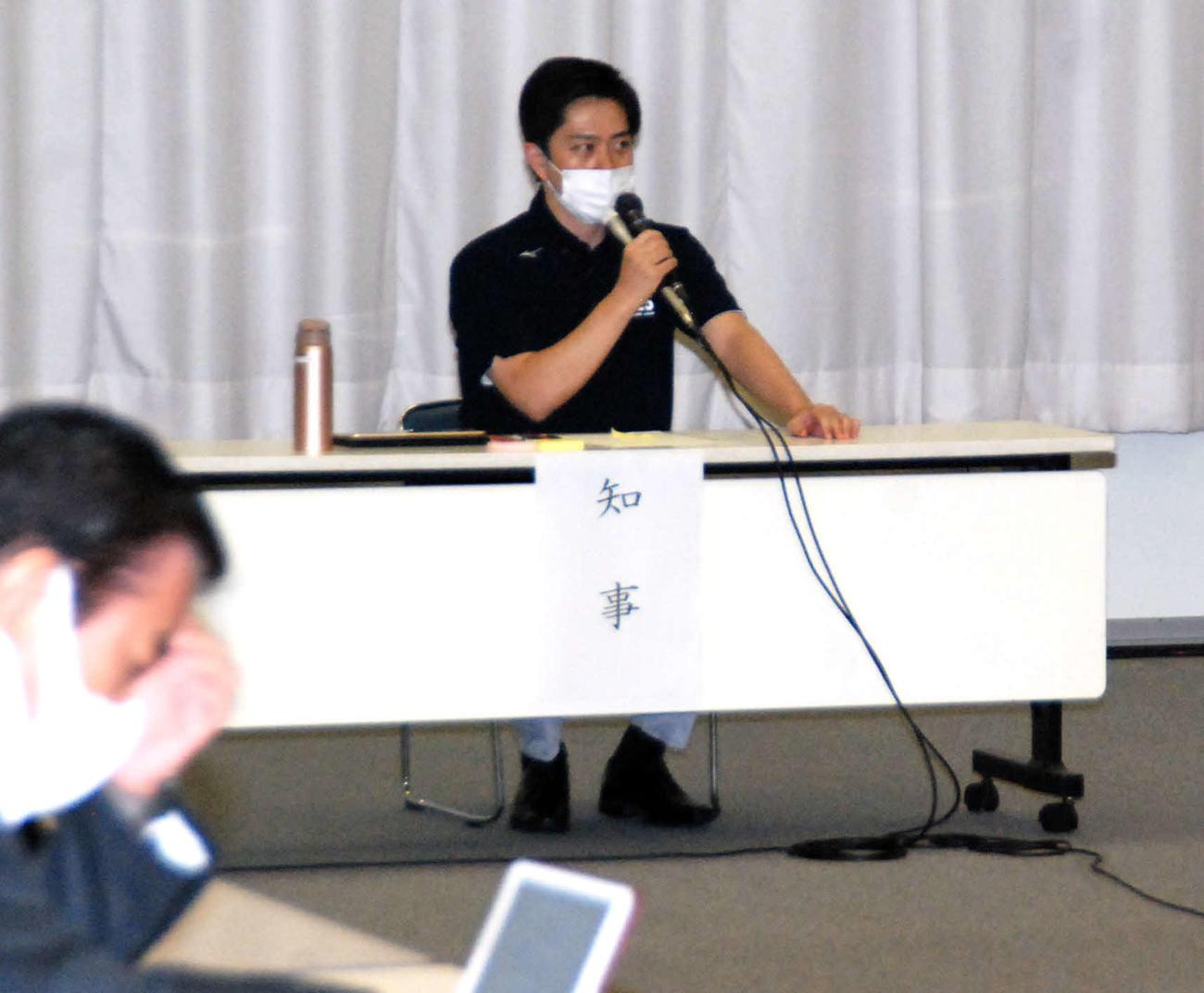 府庁で新型コロナウイルス対策本部会議に出席した吉村洋文知事(撮影・松浦隆司)