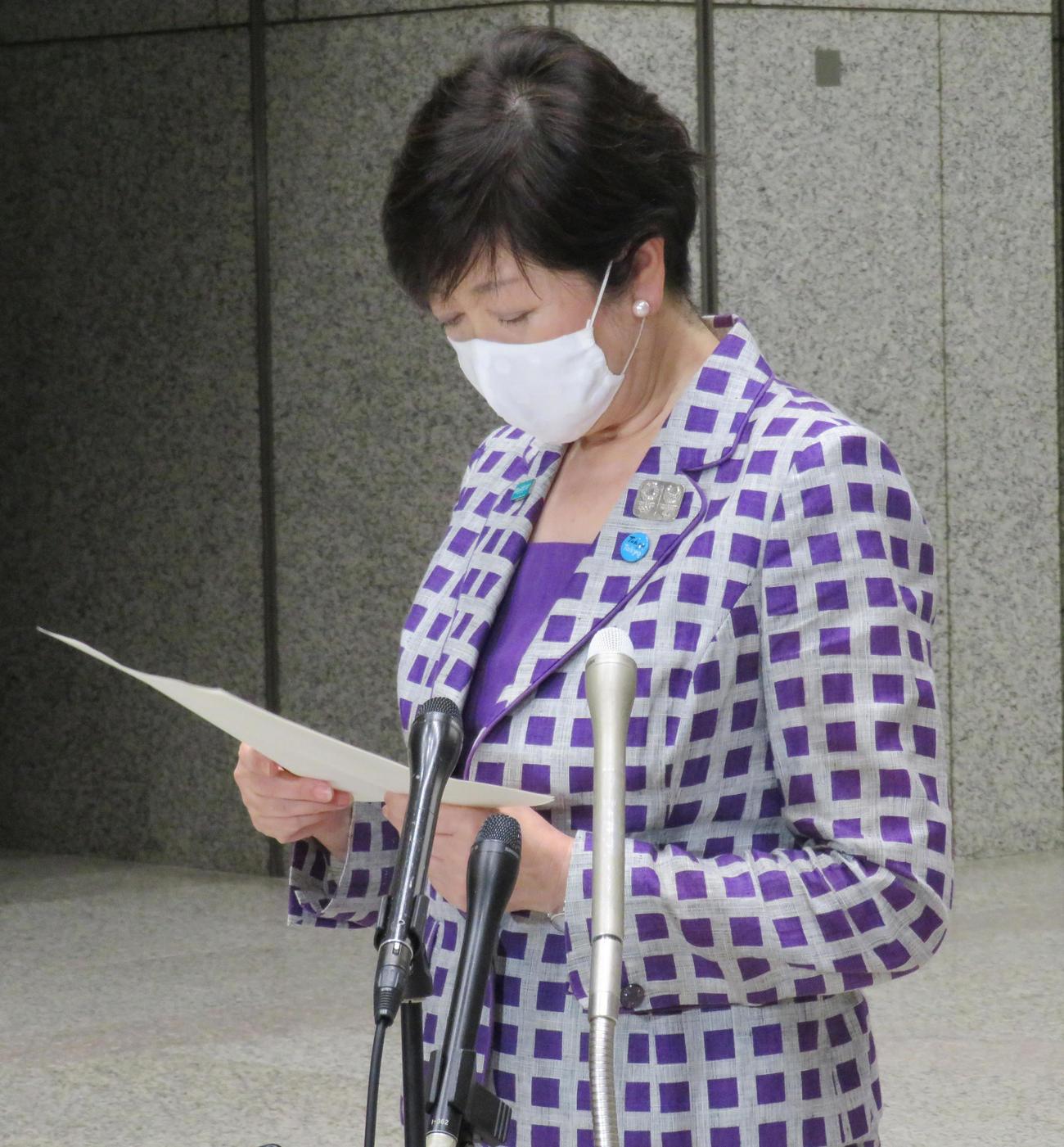 退庁時に報道陣の取材に応じた、東京都の小池百合子知事(撮影・佐藤勝亮)