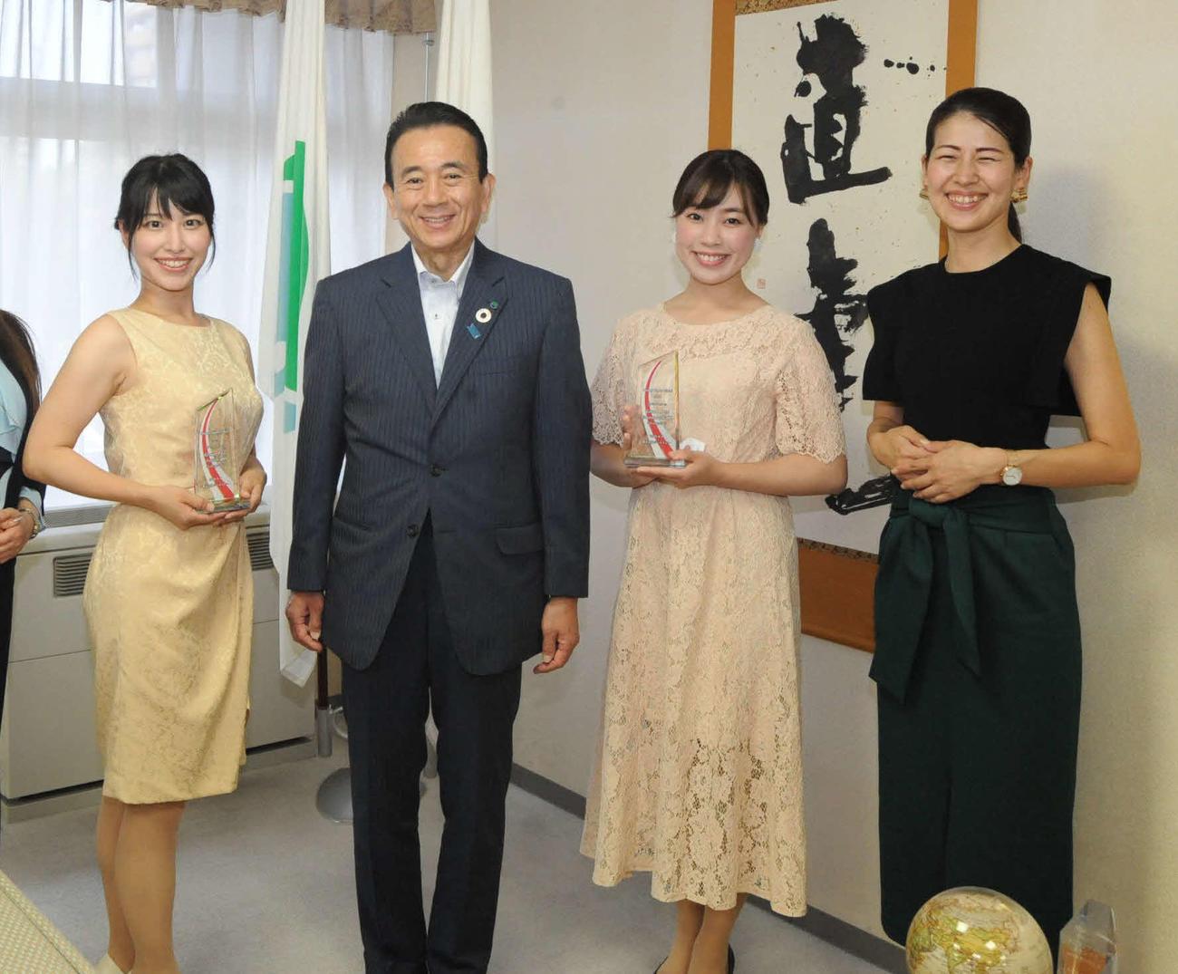鈴木・浜松市長(中央左)を表敬訪問した、右から鈴木さん、高瀬さん、左端は平井さん