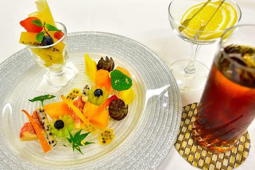 藤井聡太棋聖が午後のおやつに注文した「フルーツ盛り合わせ」とアイスレモンティー(日本将棋連盟提供)