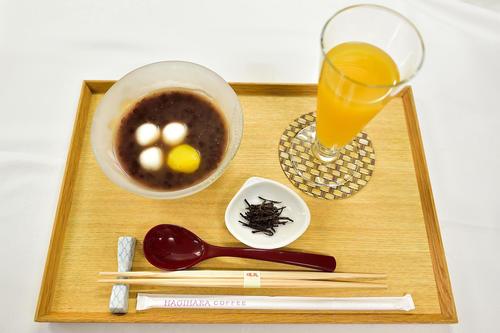 木村一基王位が午後のおやつに注文した「冷やしぜんざい」とパインジュース(日本将棋連盟提供)