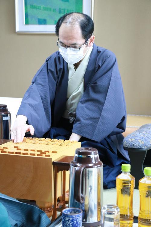 第61期王位戦7番勝負の第3局に臨んだ木村一基王位(日本将棋連盟提供)
