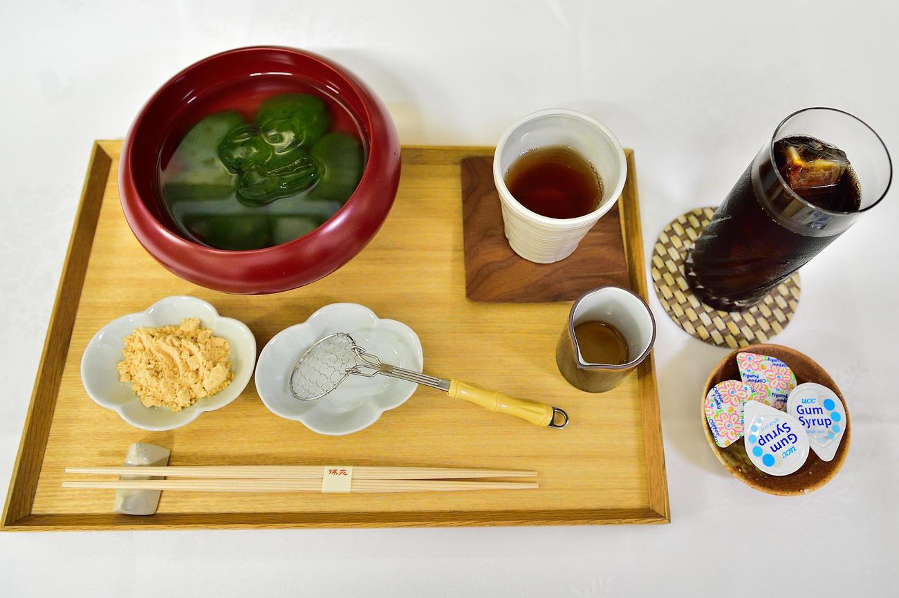 藤井聡太棋聖が午前のおやつに注文した「本生わらび餅(抹茶)」とアイスコーヒー(日本将棋連盟提供)