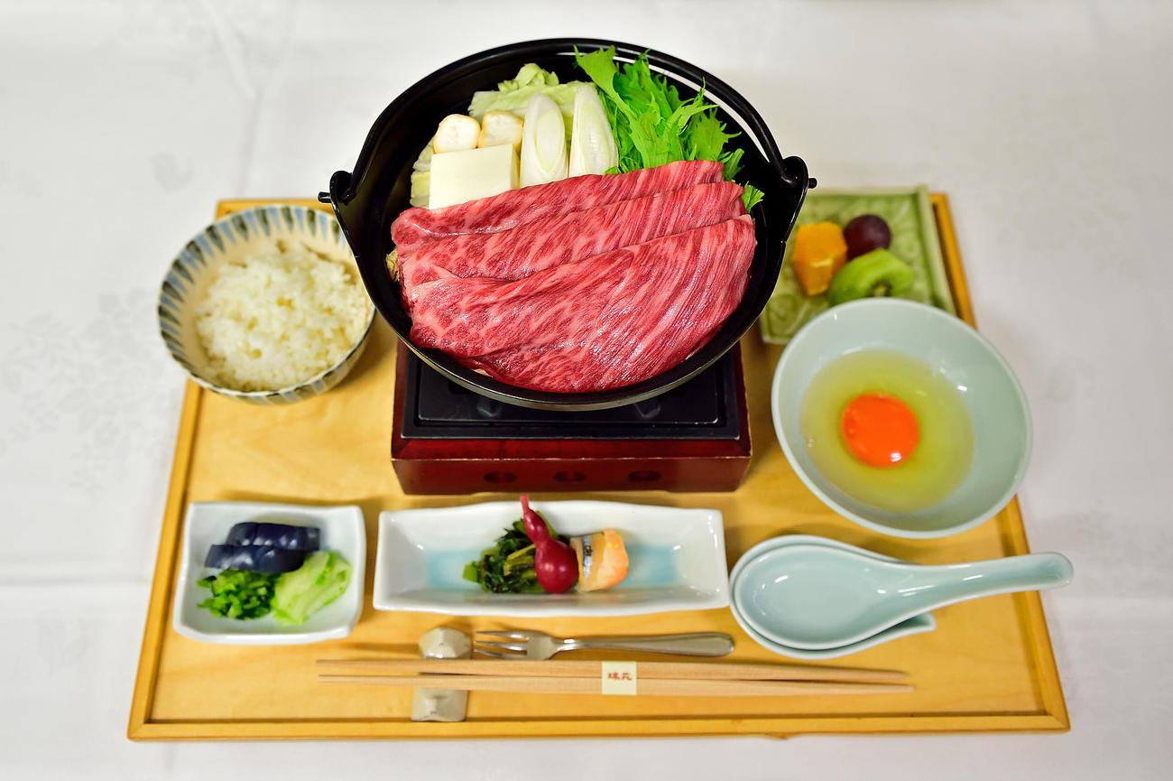 藤井聡太棋聖が勝負メシに注文した「神戸牛すき鍋膳」(日本将棋連盟提供)