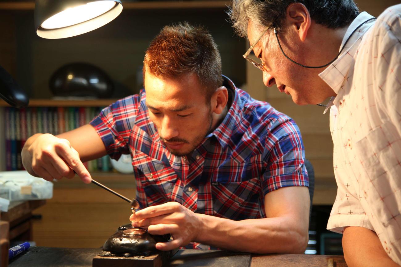 石川県金沢市に彫金家の中川衛氏(右)を訪ね、象眼作りを体験する中田英寿氏(C)にほんもの