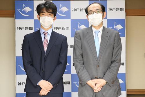 前日検分に臨んだ藤井聡太棋聖(左)と木村一基王位(日本将棋連盟提供)