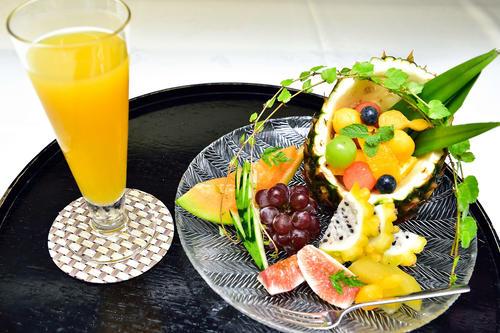 木村一基王位が午後のおやつタイムに注文した「フルーツ盛り合わせ」とオレンジジュース(日本将棋連盟提供)