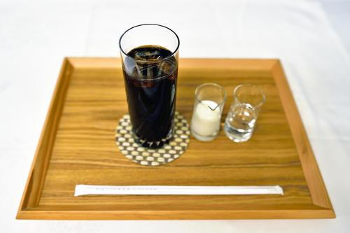藤井聡太棋聖が午前のおやつタイムに注文したガムシロップ、ミルク付きの「アイスコーヒー」(日本将棋連盟)