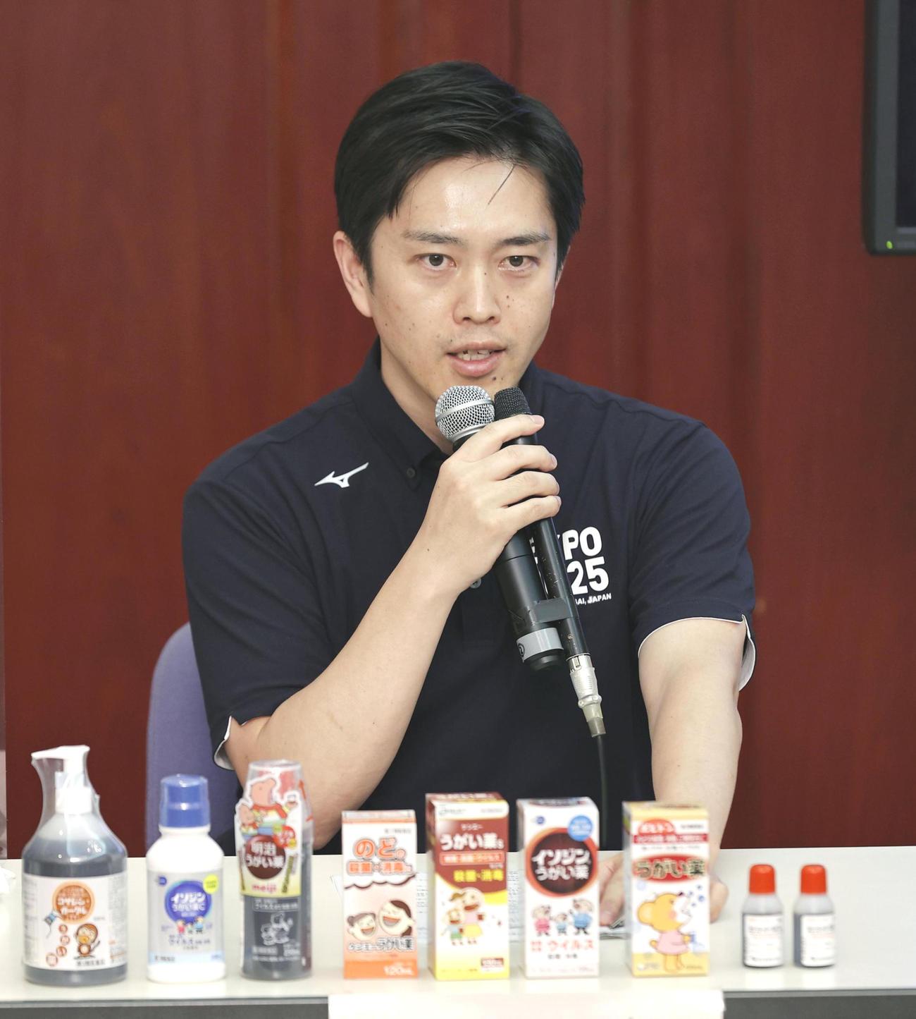 記者会見でうがい薬の使用を呼び掛ける大阪府の吉村洋文知事(共同)