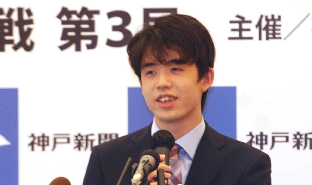 藤井聡太棋聖(20年8月3日撮影)
