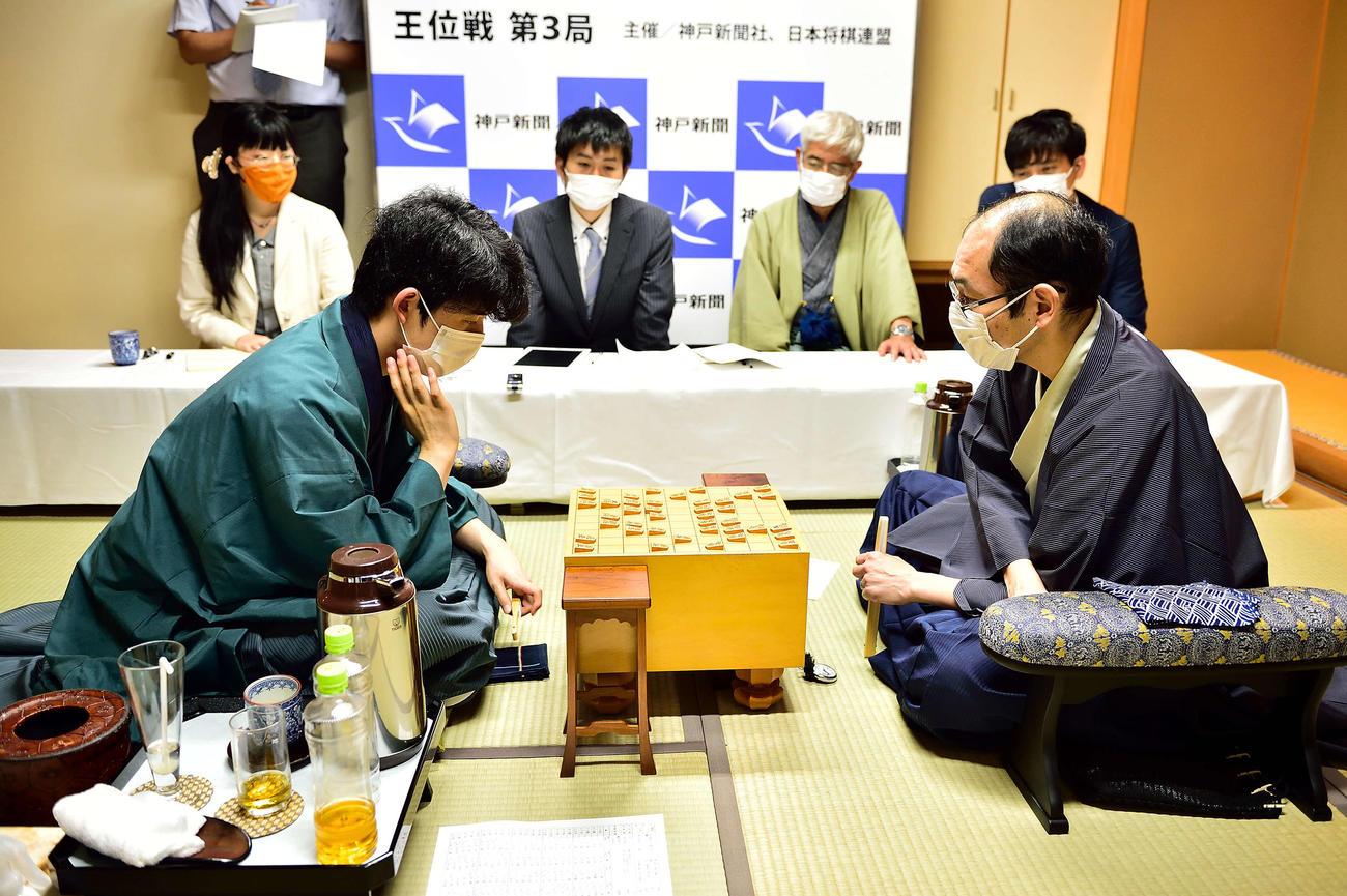 第3局を終えて感想戦を行う藤井聡太棋聖(左)と木村一基王位(日本将棋連盟提供)