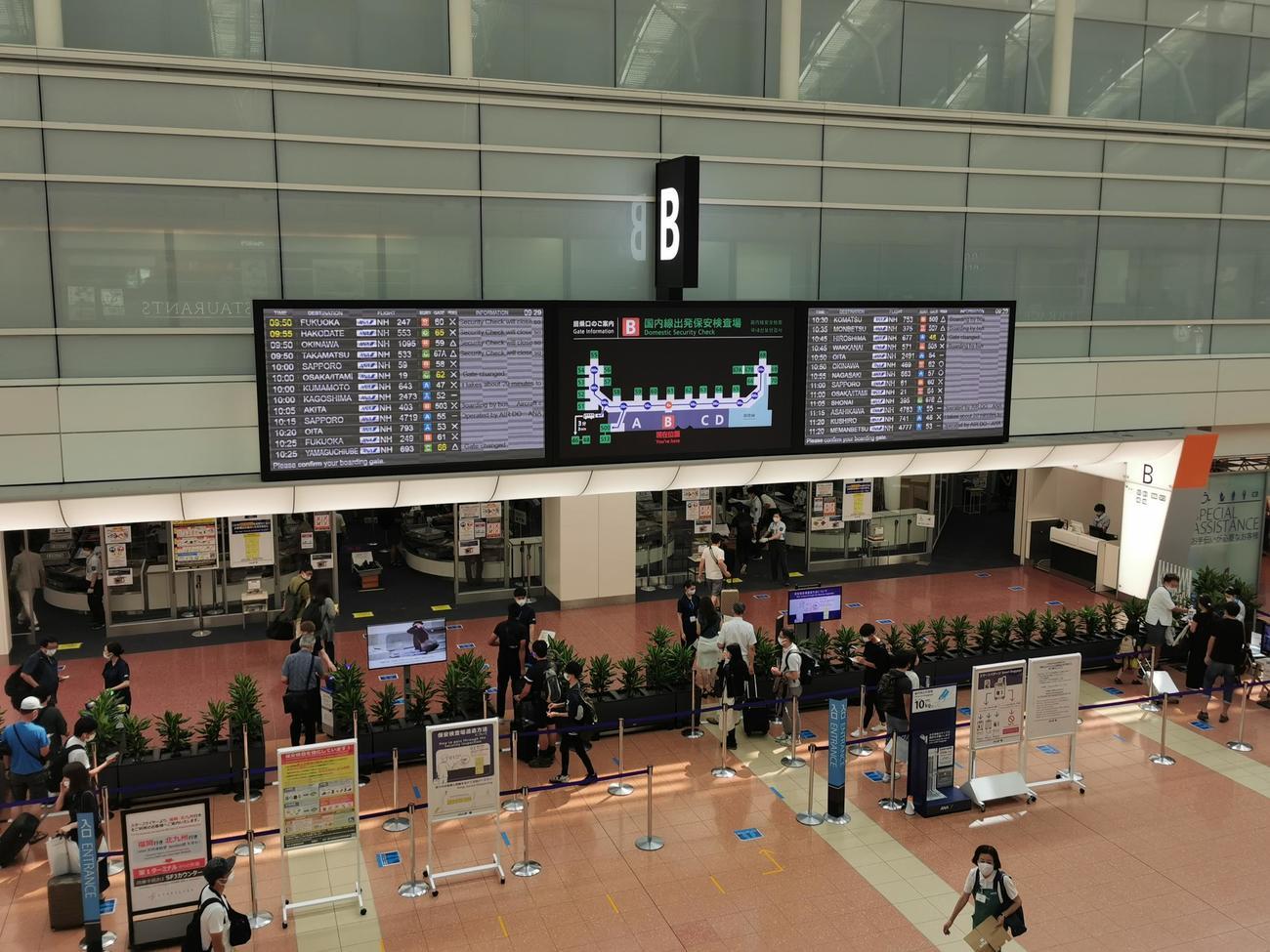 本格的なお盆休み初日となった8日午前中の羽田空港(鳥海高太朗氏提供)
