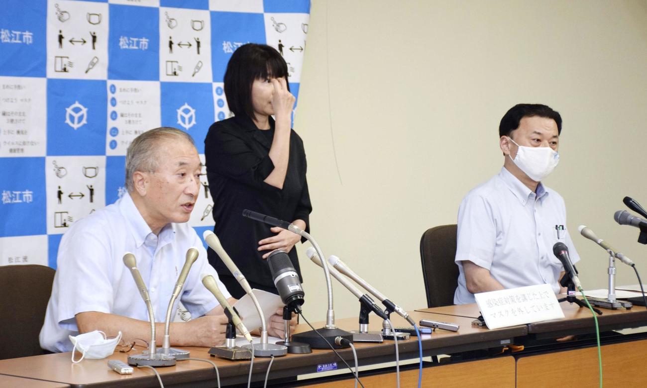 記者会見する島根県の丸山達也知事(右)と松江市の松浦正敬市長(共同)