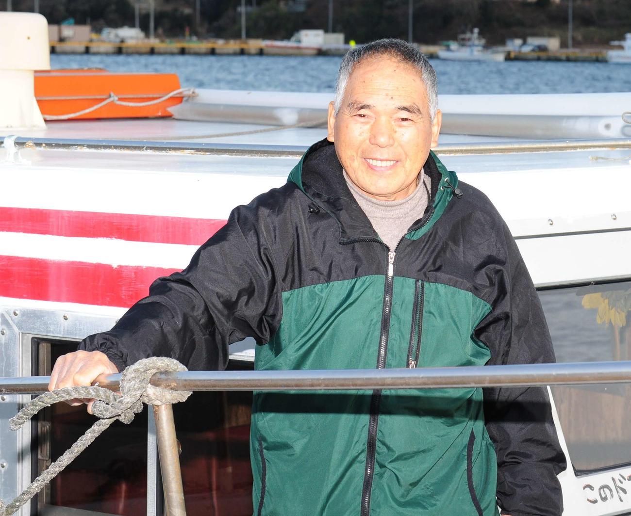 小型連絡船「ひまわり」の菅原進船長(19年2月撮影)