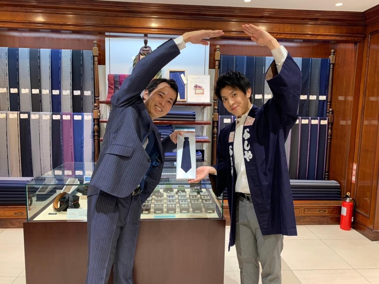 「もの繋ぎプロジェクト」に参加し、物々交換で「完全オリジナルネクタイ」を提供した高級スーツ店「銀座英國屋」。右が「もの繋ぎプロジェクト」発起人の「木挽町よしや」斉藤大地さん