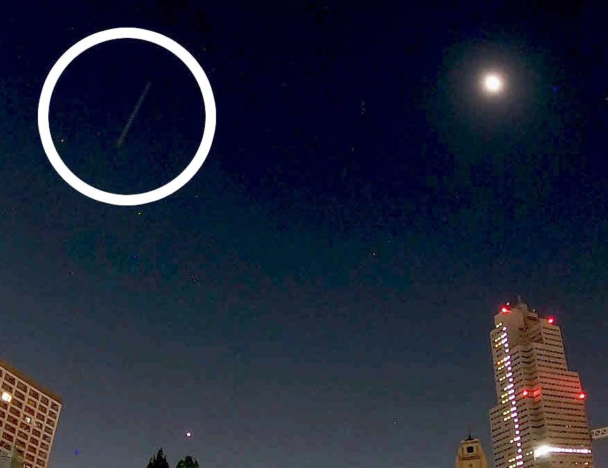 11日深夜から12日未明にかけて、東京・中央区にある日刊スポーツ新聞社の屋上から撮影したペルセウス座流星群