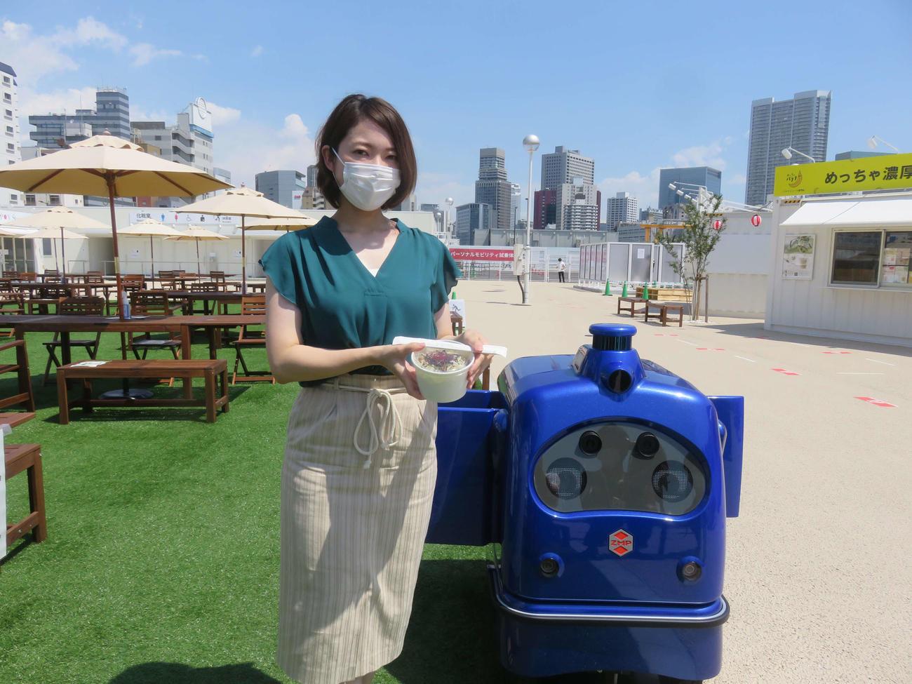 JR高輪ゲートウェイ駅前の特設会場で自動運転ロボット「デリロ」が出前の実証実験を行った(撮影・大上悟)