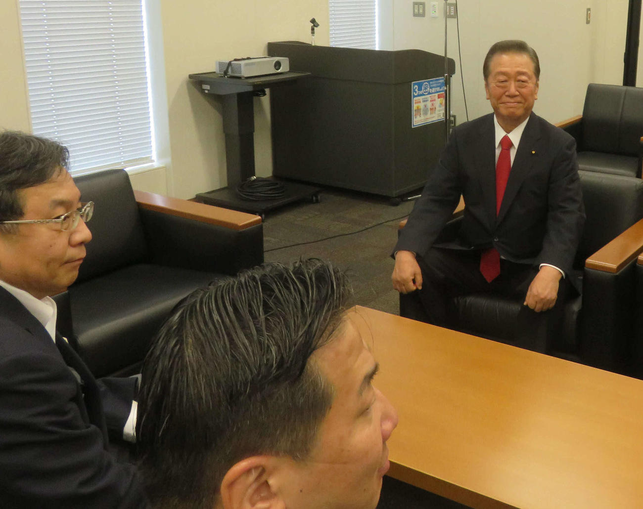 新党結成に合意した小沢一郎衆院議員(右)と立憲民主党の枝野幸男代表(左)、福山哲郎幹事長(撮影・大上悟)